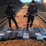 Тысячи пачек сигарет прятали в вагоне с опилками
